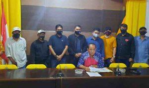 H Puar Junaidi bersama kawan-kawan saat memberikan keterangan